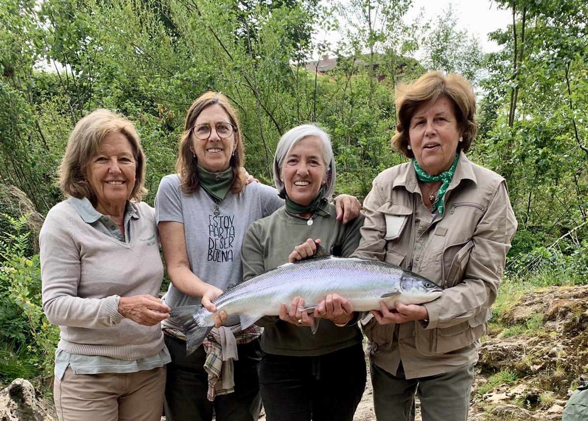 Las Madrileñas del Sella pescan dos hermosos salmones que se comerán en octubre en Ranón