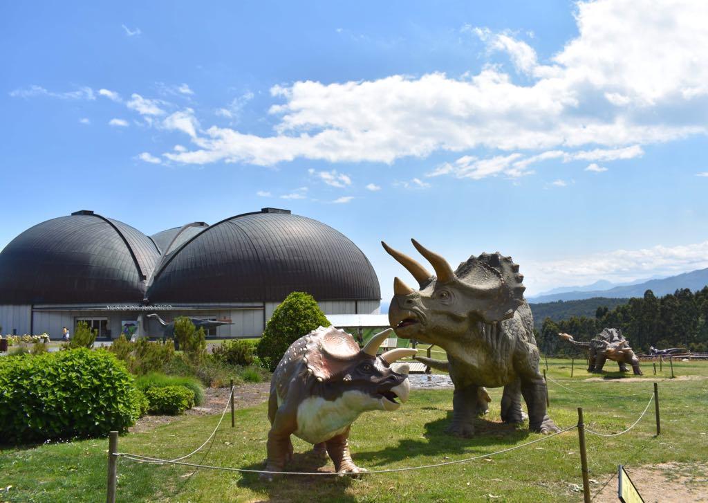 El MUJA de Colunga incorpora una nueva escena jurásica en su jardines con dos nuevos dinosaurios