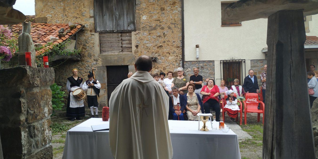 Misa bajo el hórreo en honor a La Santina de Teleña (Cangas de Onís)