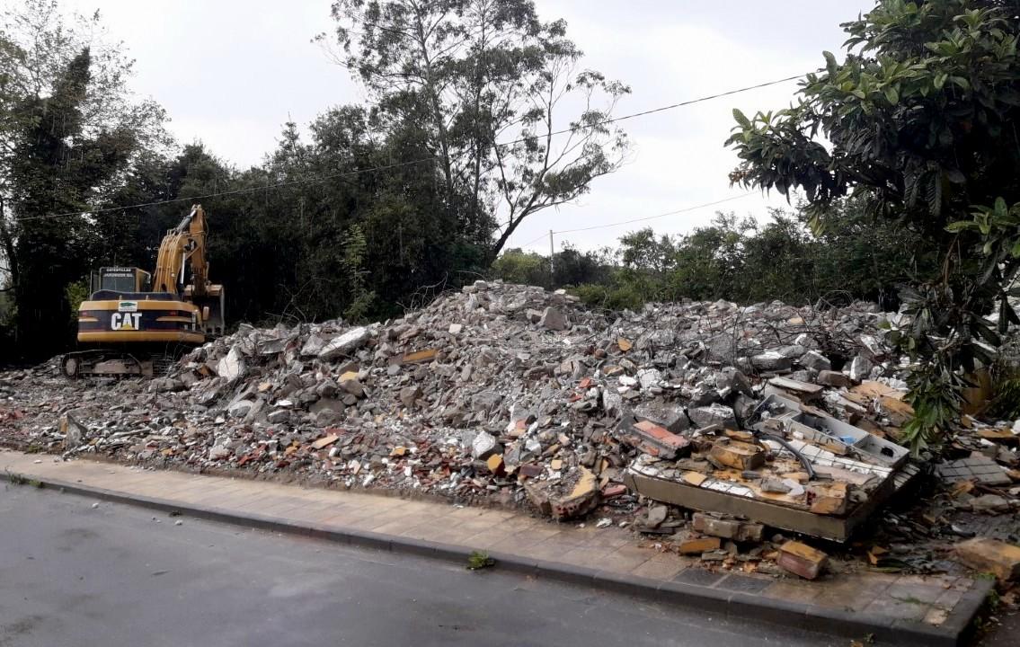 Concluye el derribo de las viviendas sociales situadas frente al Tanatorio de Llanes