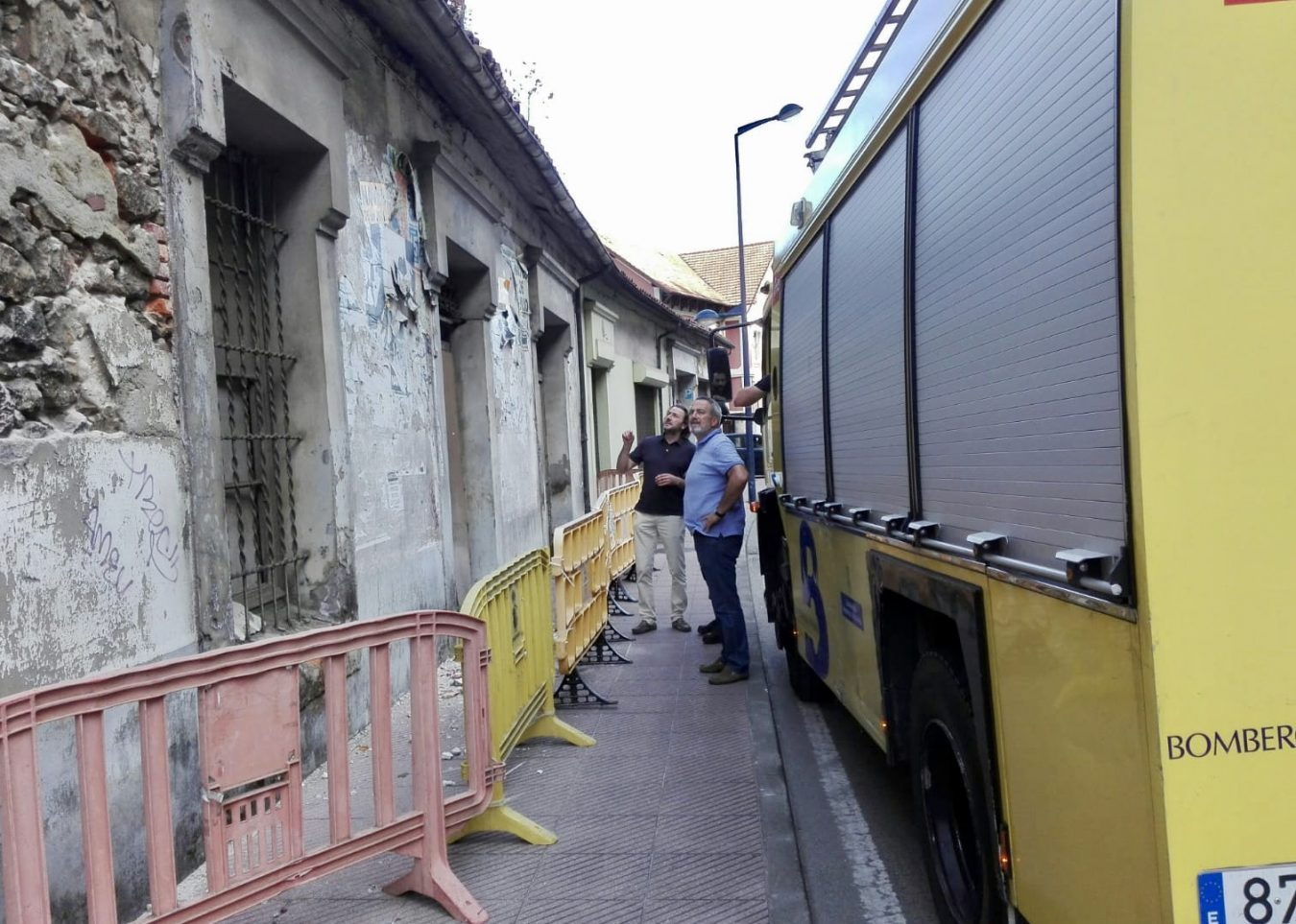 Los Servicios de Emergencia intervienen en un edificio ruinoso de Ribadesella para garantizar la seguridad de los peatones