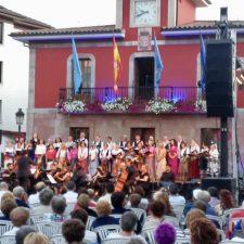 La Joven Orquesta Clásica de Arriondas debuta llenando la Plaza del Cañón