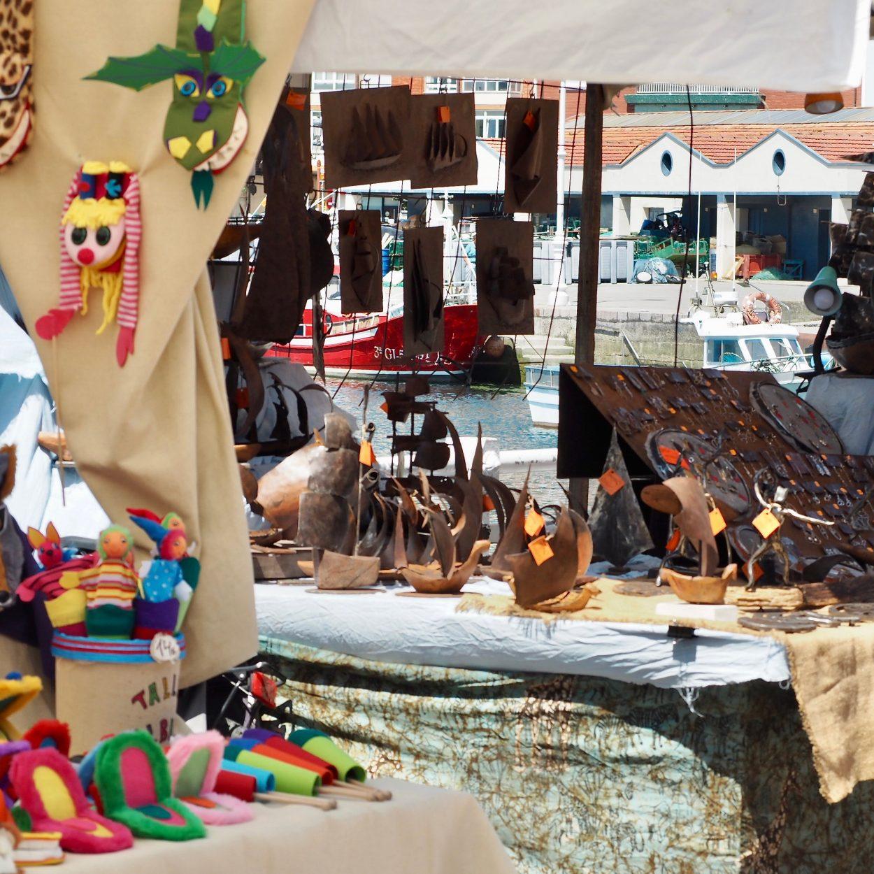 La XI Feria de Artesanía de Ribadesella prolonga su estancia en el Paseo Princesa Letizia a diez días