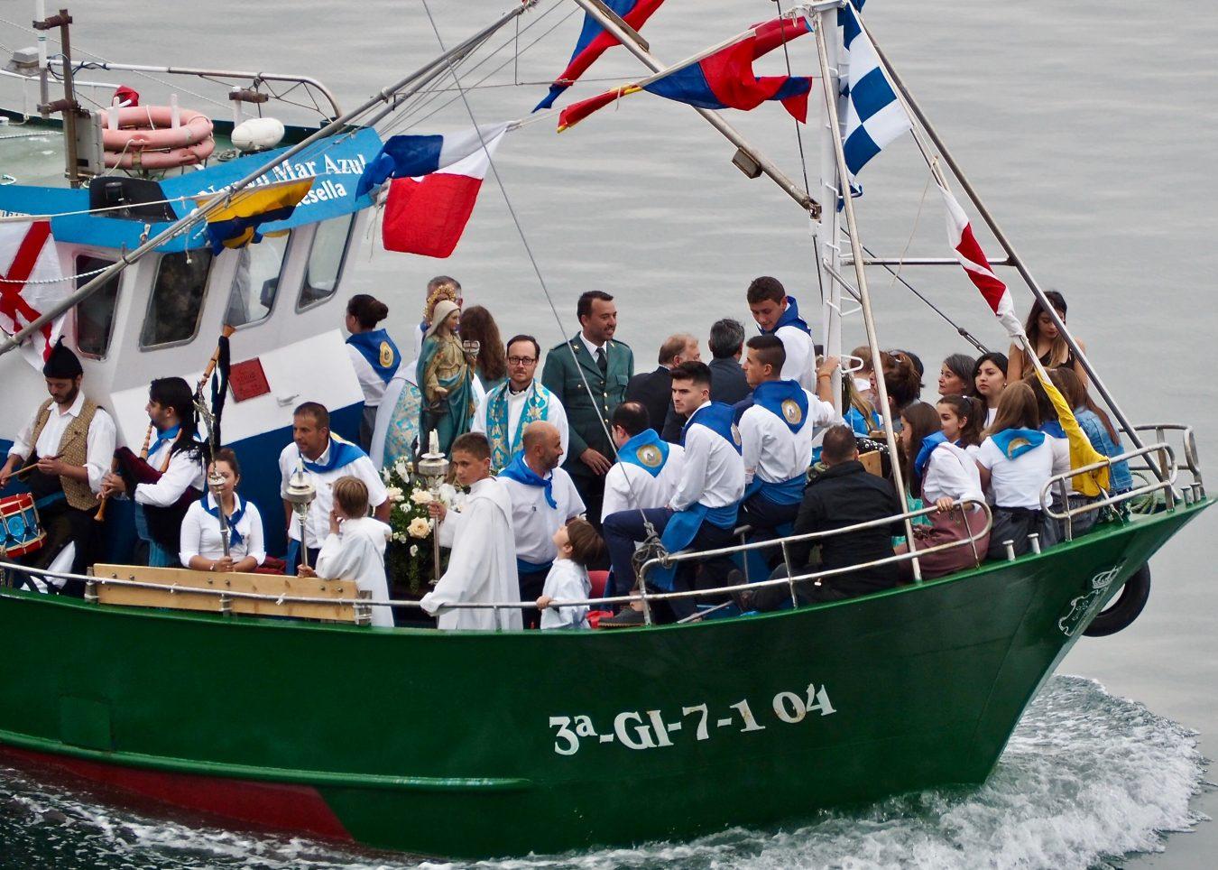 La procesión marinera de Guía reúne a miles de personas en el puerto de Ribadesella
