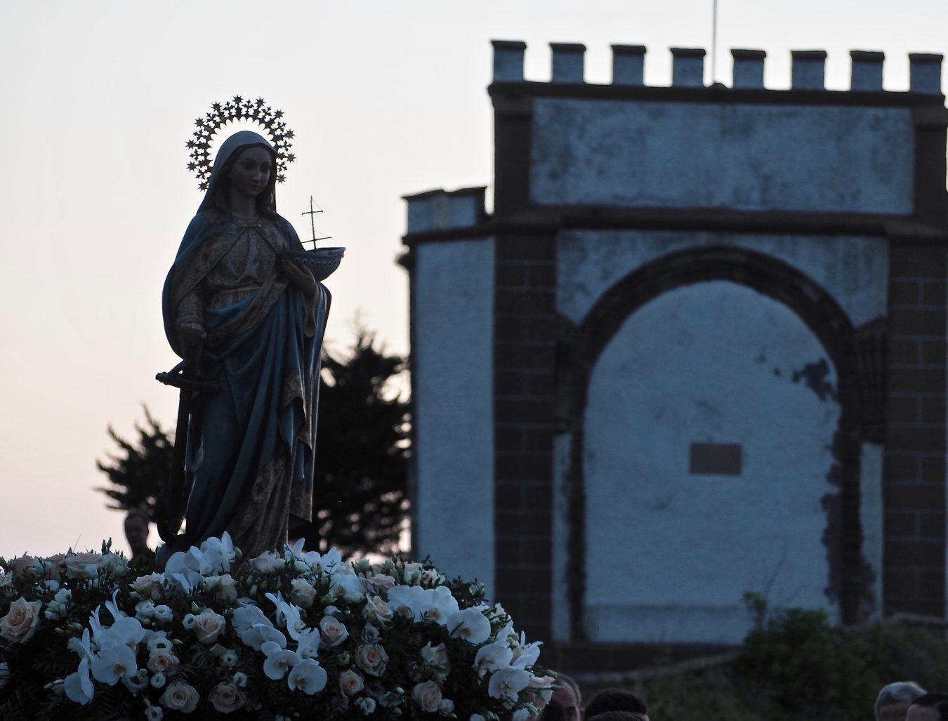Emoción y devoción en una multitudinaria procesión nocturna en honor a la Virgen de Guía de Ribadesella