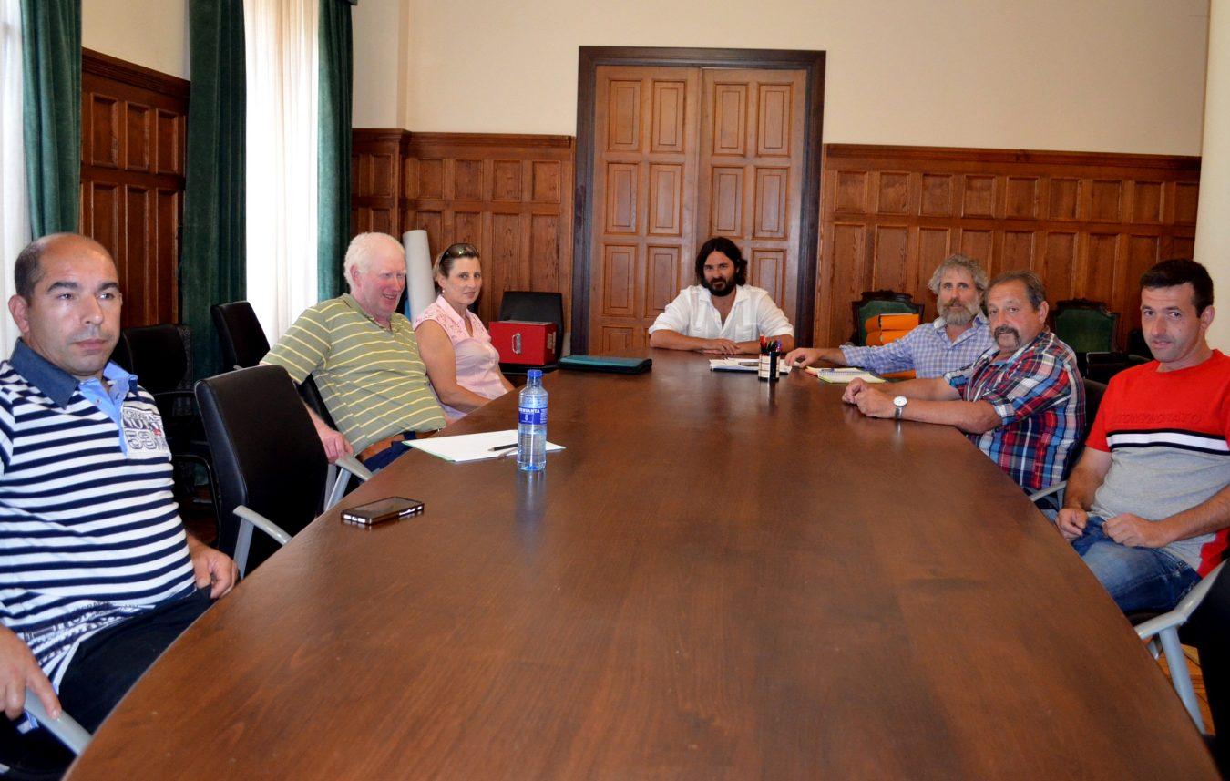 La Junta Ganadera de Llanes ofrece tractores y pulverizadores para desinfectar calles y caminos del concejo