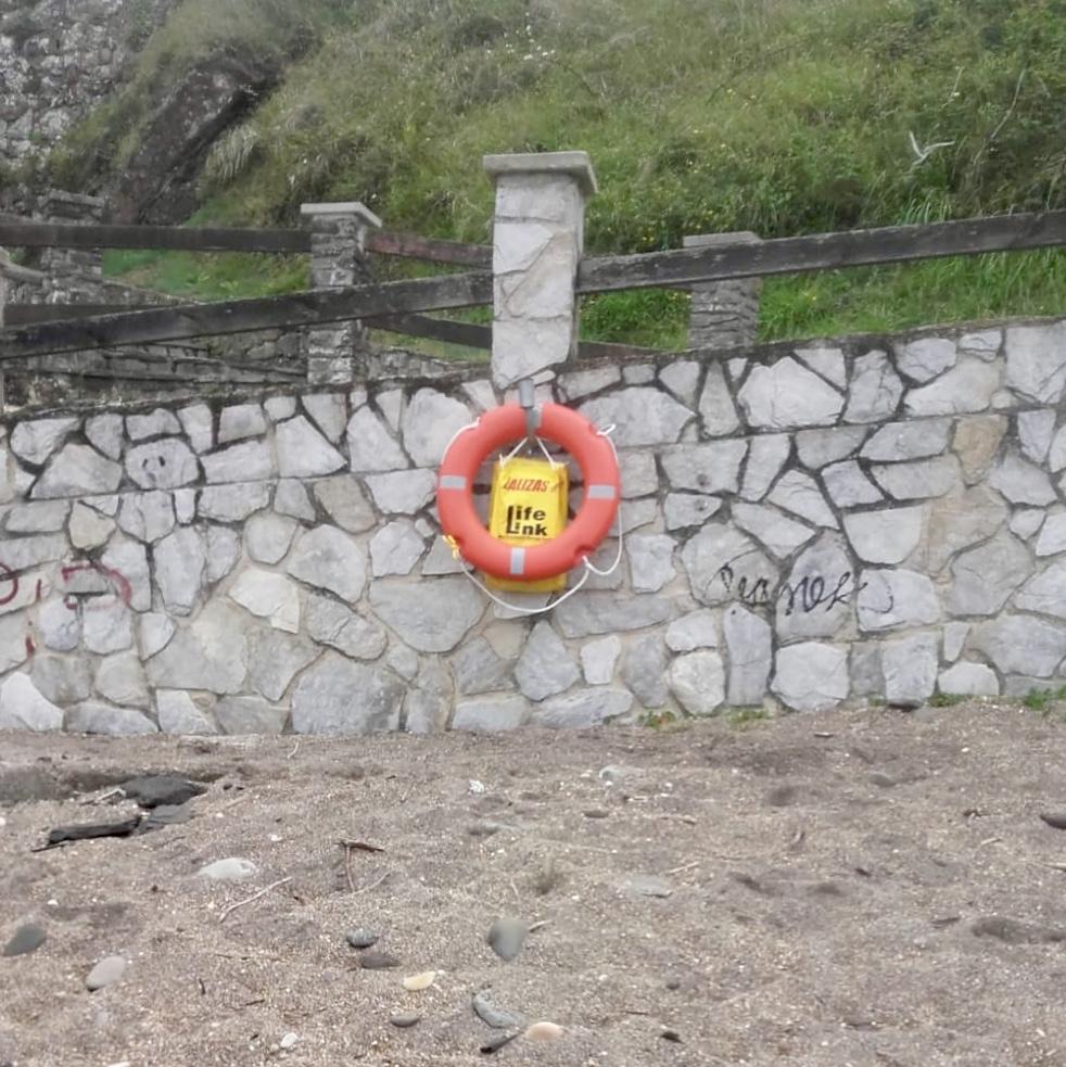 El Ayuntamiento de Ribadesella instala el aro salvavidas en la playa de La Atalaya