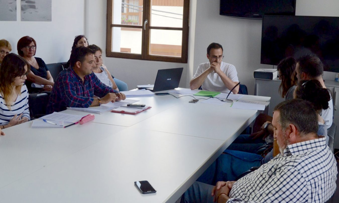 El alcalde de Ribadedeva se sube el sueldo un 21% y libera a un segundo concejal. Juntos cobrarán 60.000€ al año