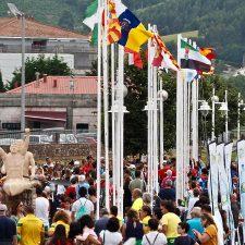 Una multitudinaria ceremonia de izado de banderas autonómicas en Ribadesella, abre el programa oficial del Sella 2019