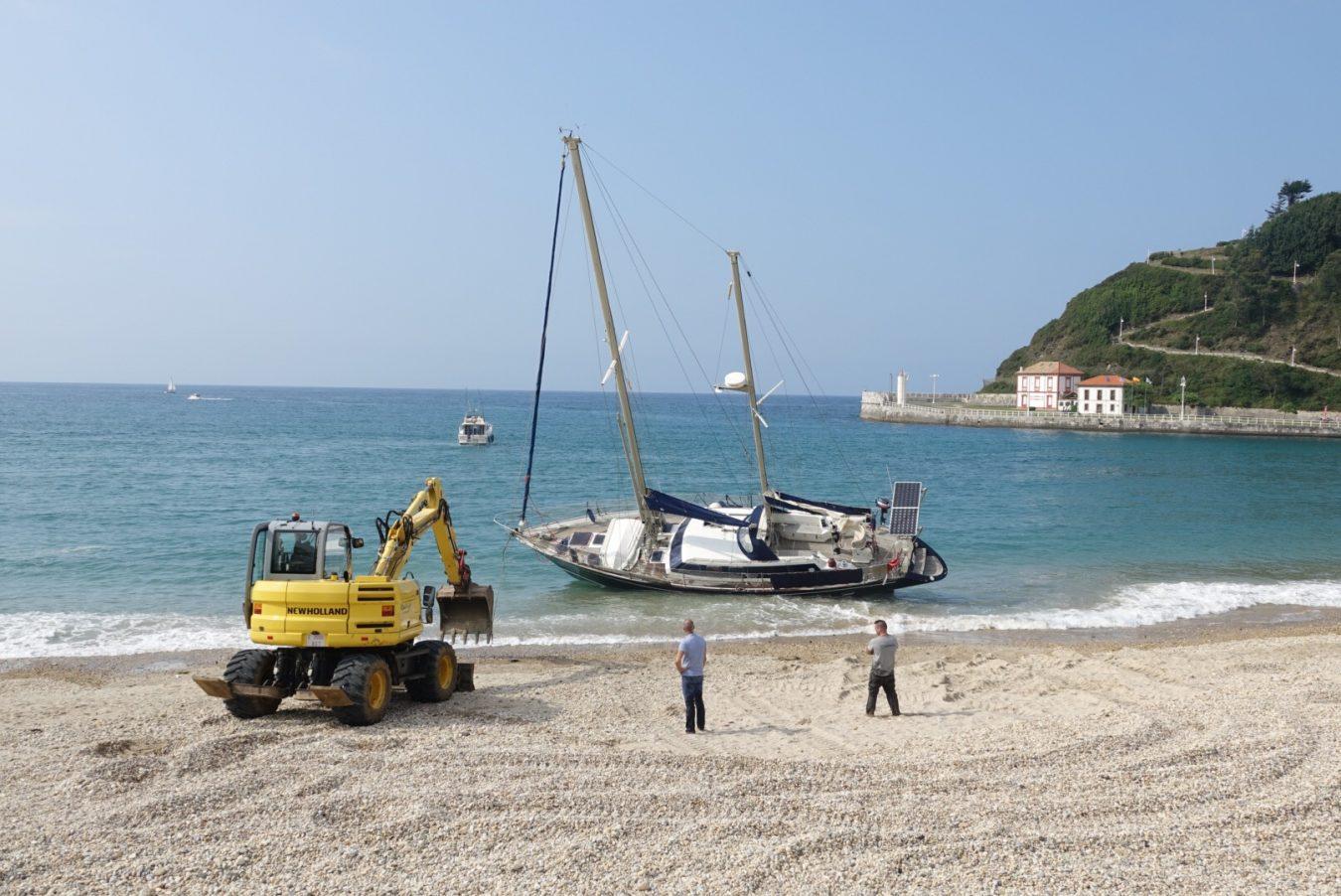Una pala y otra embarcación intentarán sacar a flote esta tarde el velero varado en la playa de Ribadesella