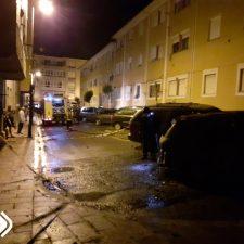 Un incendio calcina un vehículo en la carretera de Toró a Llanes y causa daños en varias viviendas