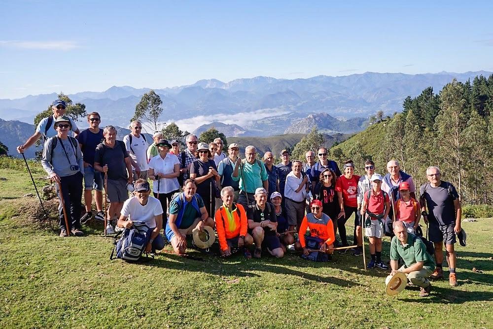 Treinta y tres Amigos de Ribadesella camino del Picu Pienzu