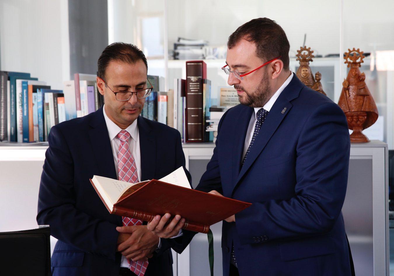 Adrián Barbón visita Colombres y se reúne con Jesús Bordás, el alcalde de Ribadedeva