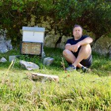 La avispa asiática acaba con cinco de las seis colmenas que David Blanco tiene en Santianes (Ribadesella)