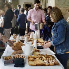 La chocolatada de El Castrín de Onís se celebró en el pórtico de la iglesia debido a la lluvia