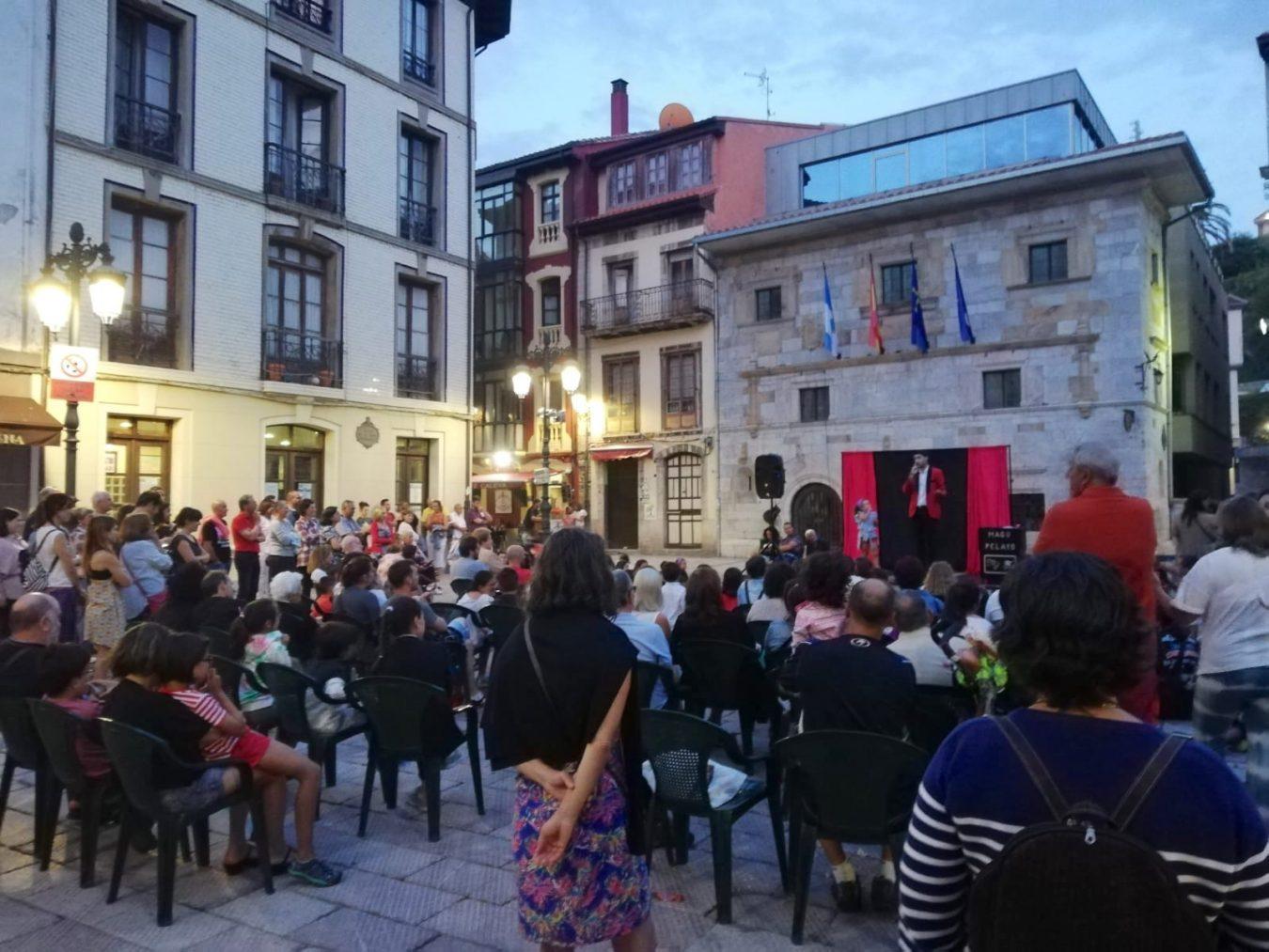 El ilusionismo y la gracia del Mago Pelayo llenan de risas y carcajadas la plaza del Ayuntamiento de Ribadesella
