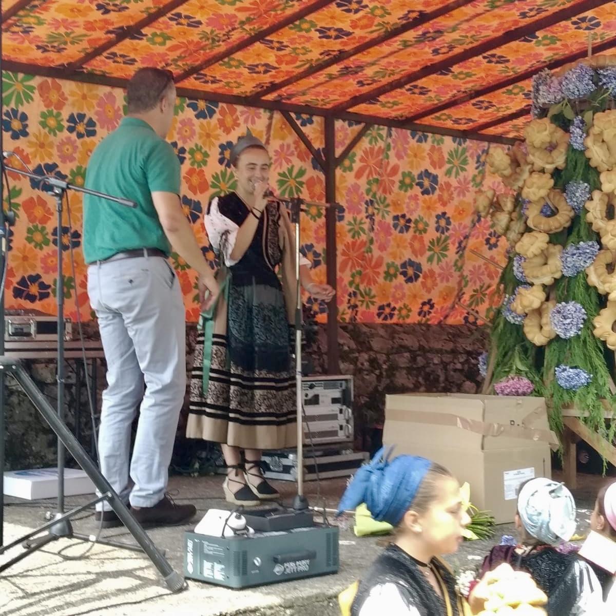Marina, una chica de 17 años, dirige la puya'l ramu de San Bartolo en la localidad de Margolles