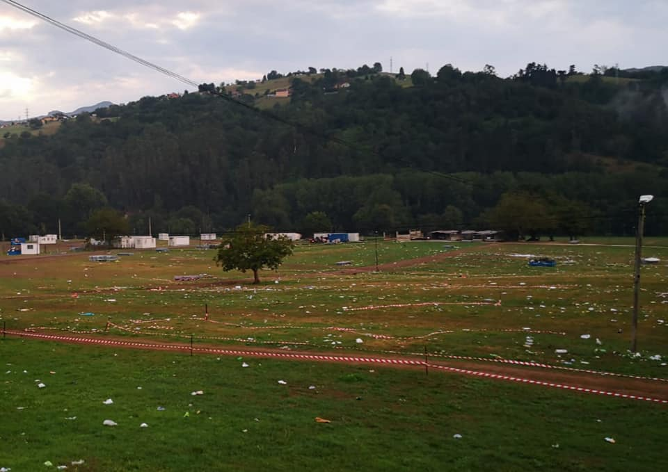 La basura del Aquasella sigue acumulada en la Vega del Merediz de Coviella nueve días después del festival