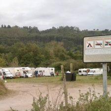 Pueblu espera que las futuras competencias solicitadas por el Ayuntamiento de Ribadesella permitan acabar con el 'poblado' que cada verano se monta en Vega
