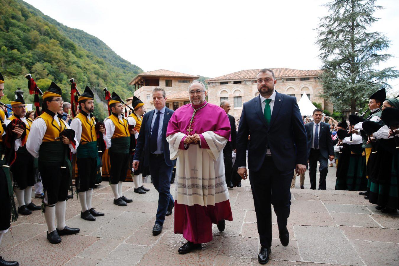 El Arzobispo ofrece colaboración al Principado en el Día de Covadonga