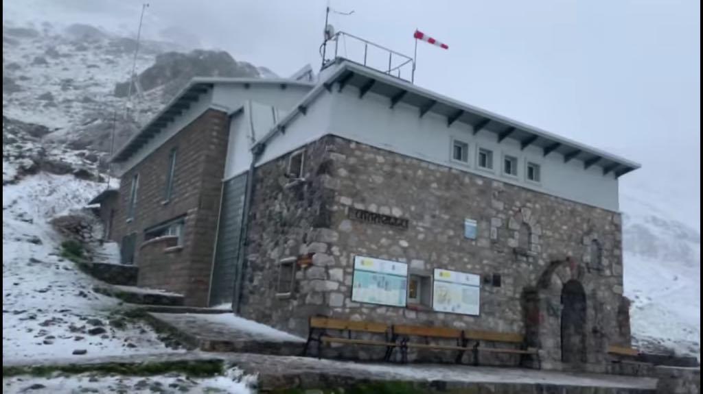 Las primeras nieves de septiembre llegan al Refugio del Urriellu antes de que se despida el verano
