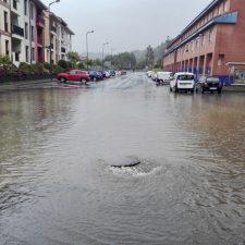 Las lluvias torrenciales cortan la calle Carretera de San Pedro de Ribadesella