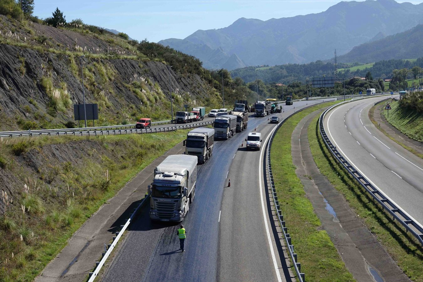 Continúan las labores de mejora de firme en la A8 a su paso por el concejo de Ribadesella