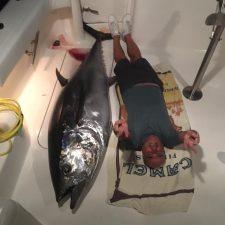 Pescan un atún de 125 kilos en El Cantu de Ribadesella