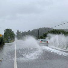 Un argayu corta la carretera del Fitu (AS-260) y la acumulación de agua la AS-379 en Camangu (Ribadesella)