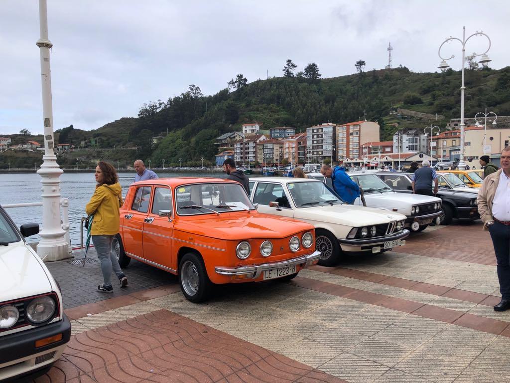 Medio centenar de coches en el encuentro clásico de Ribadesella