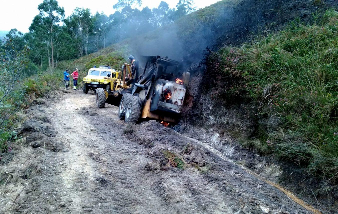 Una máquina del Ayuntamiento de Llanes queda calcinada tras incendiarse en pleno trabajo en el monte