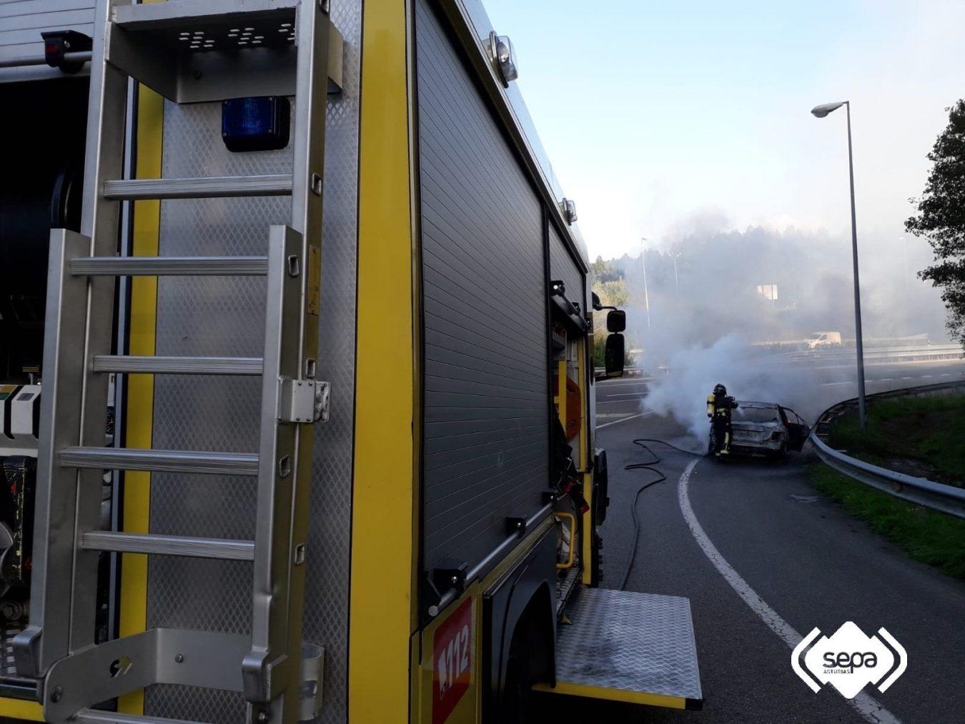 Un vehículo se incendia y queda calcinado en la A8 a la altura de Colunga