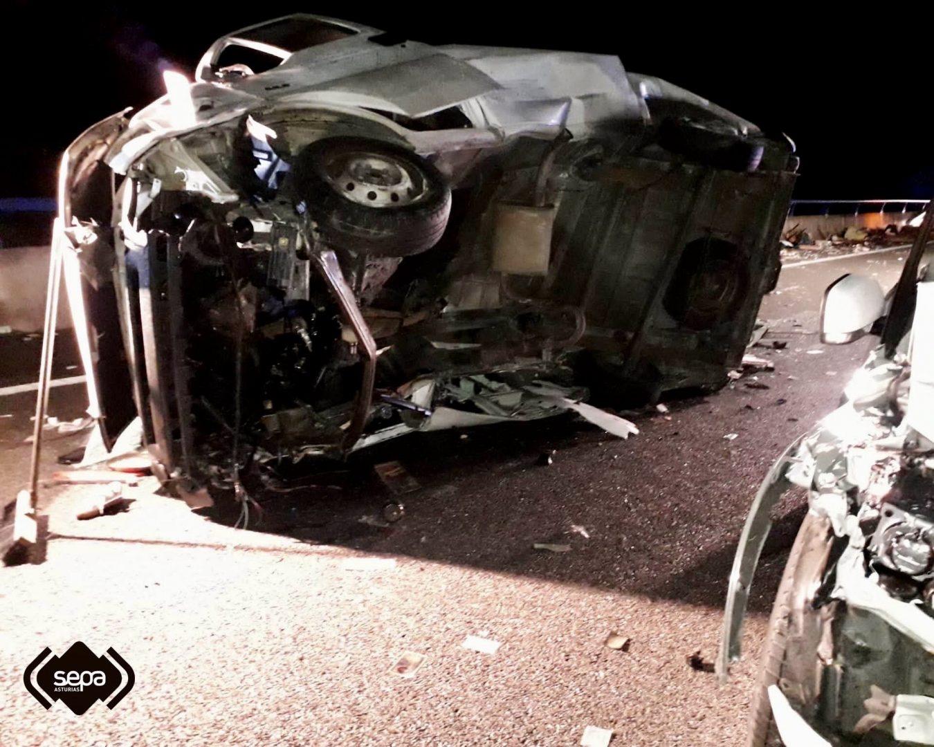 Un coche patrulla de la Guardia Civil de Tráfico entre los afectados en el accidente ocurrido en Llanes esta madrugada