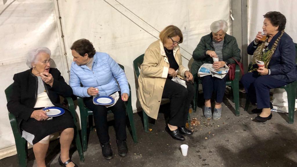 Colas en Ribadesella para comer castañas en el amagüestu de Entaína