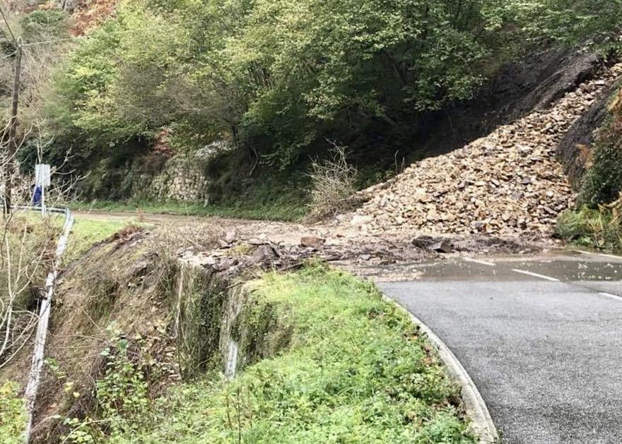 Un argayu mantiene cortada la carretera AS-264 Arenas-Sotres a la altura de Poncebos