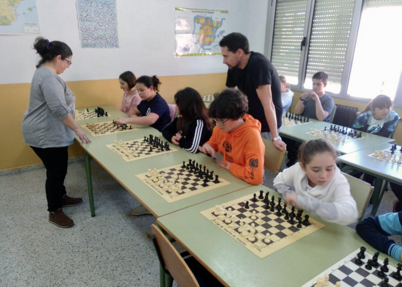 Alfiles, caballos, torres y peones reinan en las aulas del Colegio Público de Ribadesella