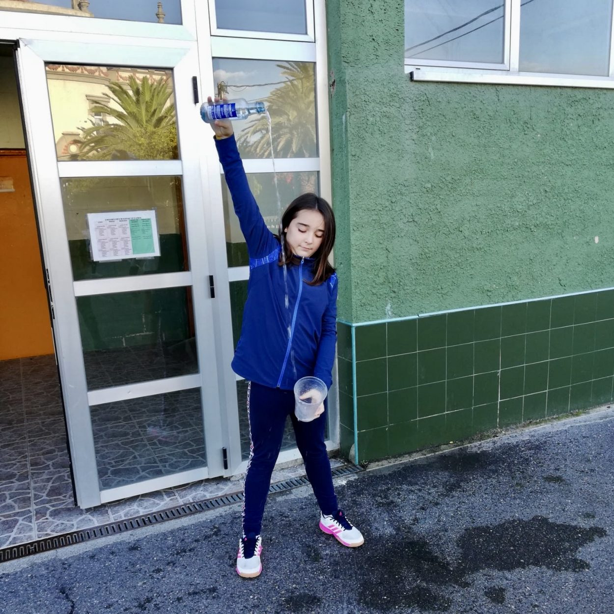 El arte del buen escanciado de sidra llega al Colegio Público de Ribadesella