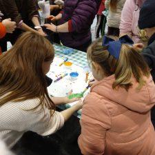 Estampación de manos intergeneracionales en el encuentro del Día del Niño en Arriondas