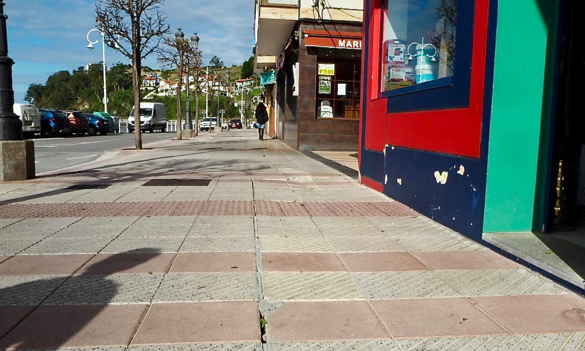 Ribadesella pide la reparación urgente de los hundimientos existentes en la acera de Manuel Caso de la Villa