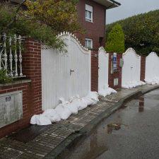 Vecinos de la playa de Ribadesella piden una solución urgente a las repetidas inundaciones