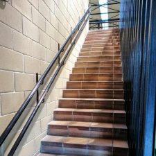 Nuevas barandillas facilitan el acceso a la planta superior del polideportivo de Llanes