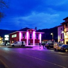 El Ayuntamiento de Onís se ilumina de morado como símbolo de lucha contra la Violencia Machista