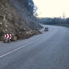 Cs Cabrales alerta sobre un peligroso argayu en la carretera AS-114
