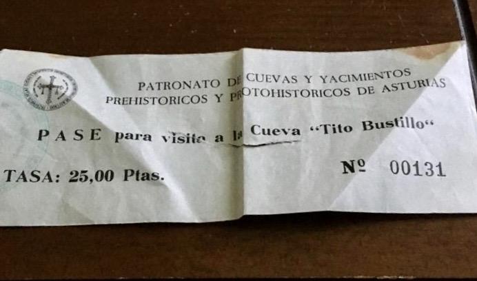 Aparecen dos de las primeras entradas vendidas para visitar la cueva Tito Bustillo después de su descubrimiento