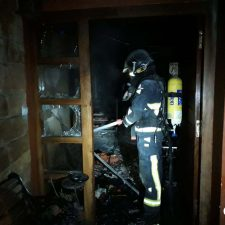 Una mujer nonagenaria fallece en el incendio de su vivienda en Villaviciosa. Otras dos personas resultaron heridas