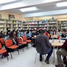 Juan Muñoz presenta su libro de cuentos a los alumnos del IES Avelina Cerra de Ribadesella