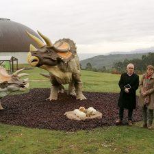 La pareja de Triceratops que habita en los jardines del MUJA de Colunga aumenta su familia