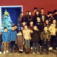 Los niños y jóvenes de Onís encienden el Arbol de la Navidad