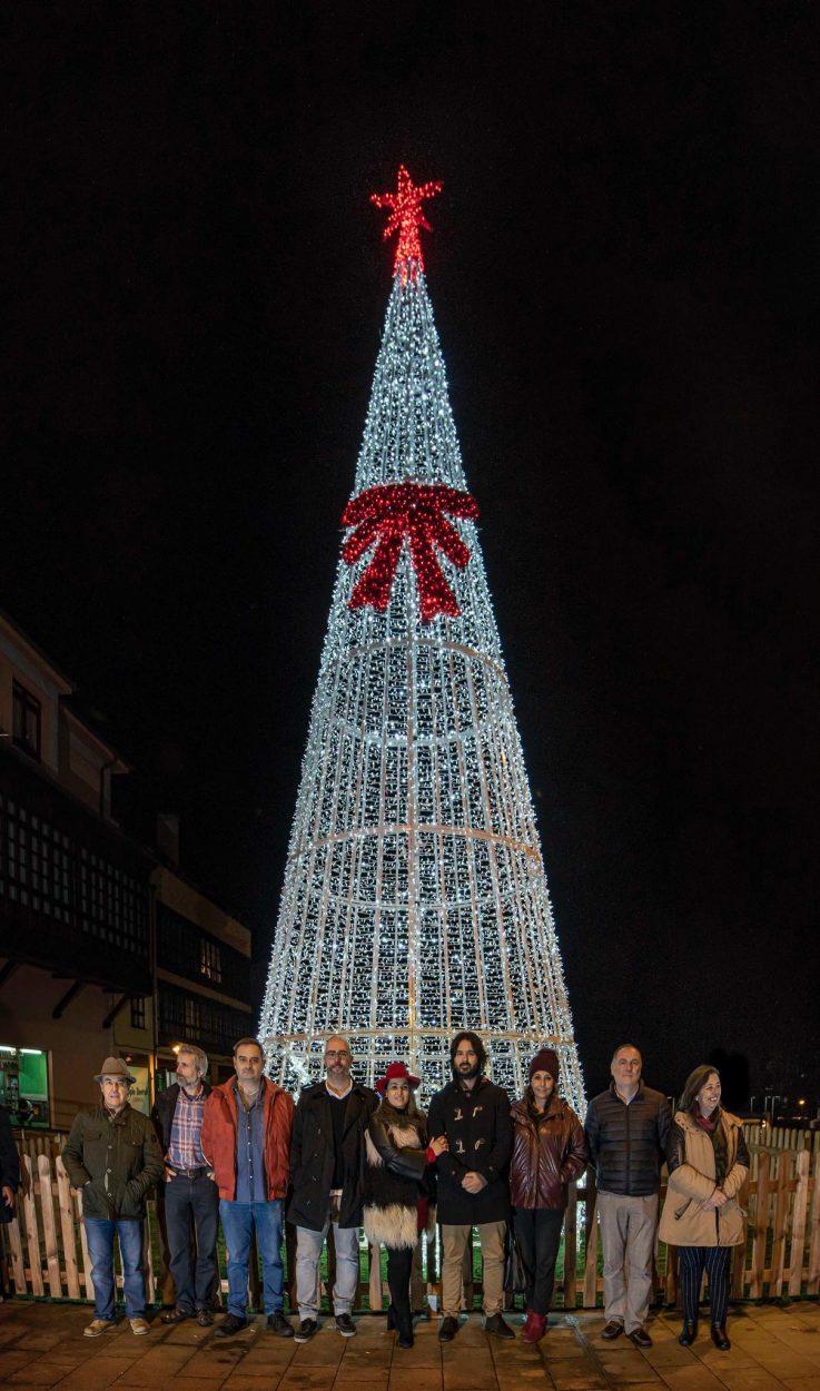 El cuatripartito de Llanes da la bienvenida a la Navidad junto al árbol del río Carrocedo