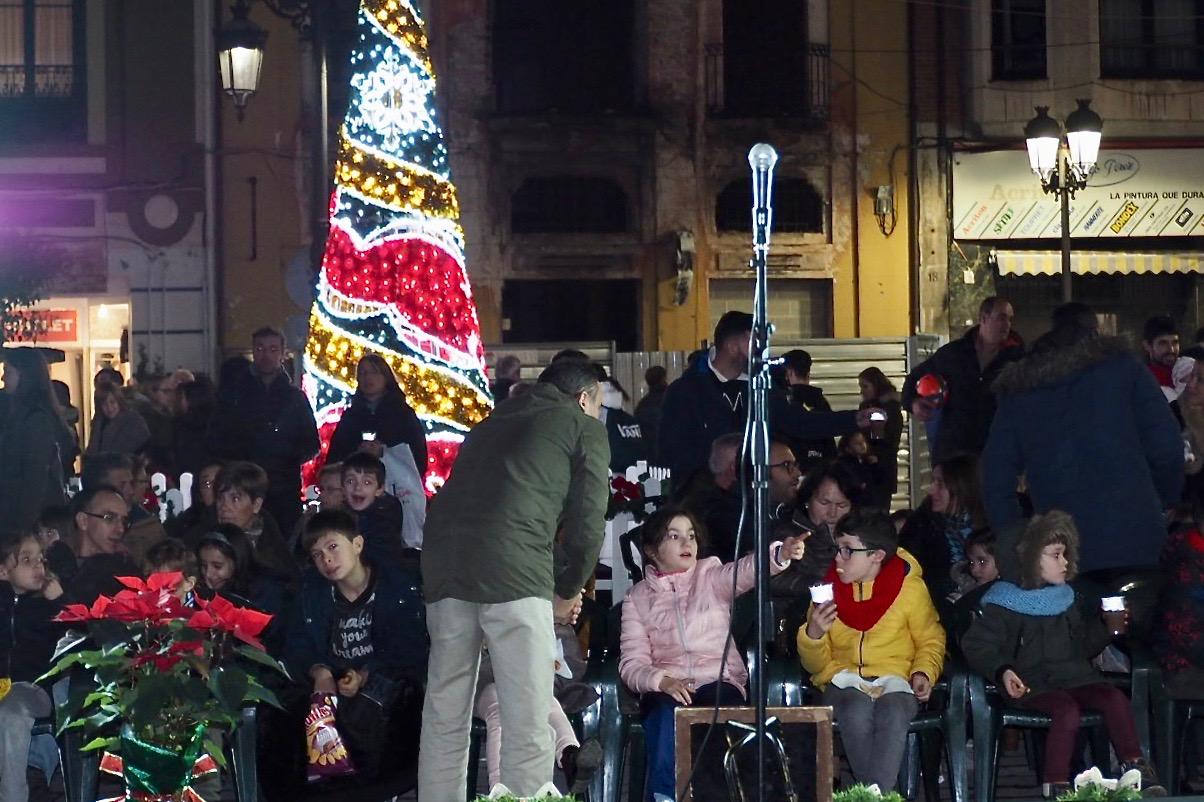 El Árbol de la Navidad recoge los deseos de los niños de Ribadesella con chocolate y magia